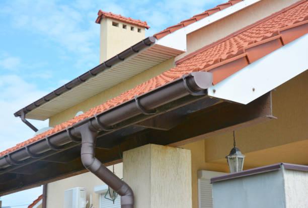Close-up op regen goot pijpleidingsysteem met houders en goot regenpijp pijp. Residencieel huis Gootset. foto