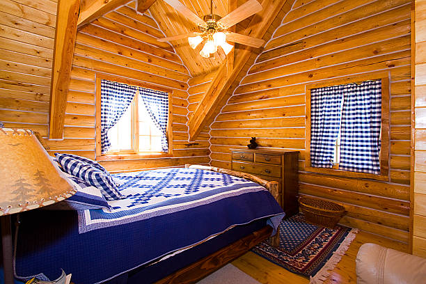 nahaufnahme des schlafzimmer in einer kabine - bett landhausstil stock-fotos und bilder