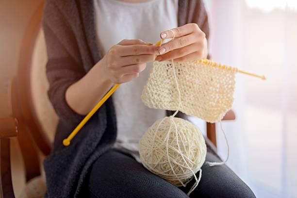primo piano di donna mani di maglia - lavorare a maglia foto e immagini stock