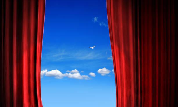 晴れた青空の上に開いた赤いステージカーテンを閉じる - 幕開け ストックフォトと画像