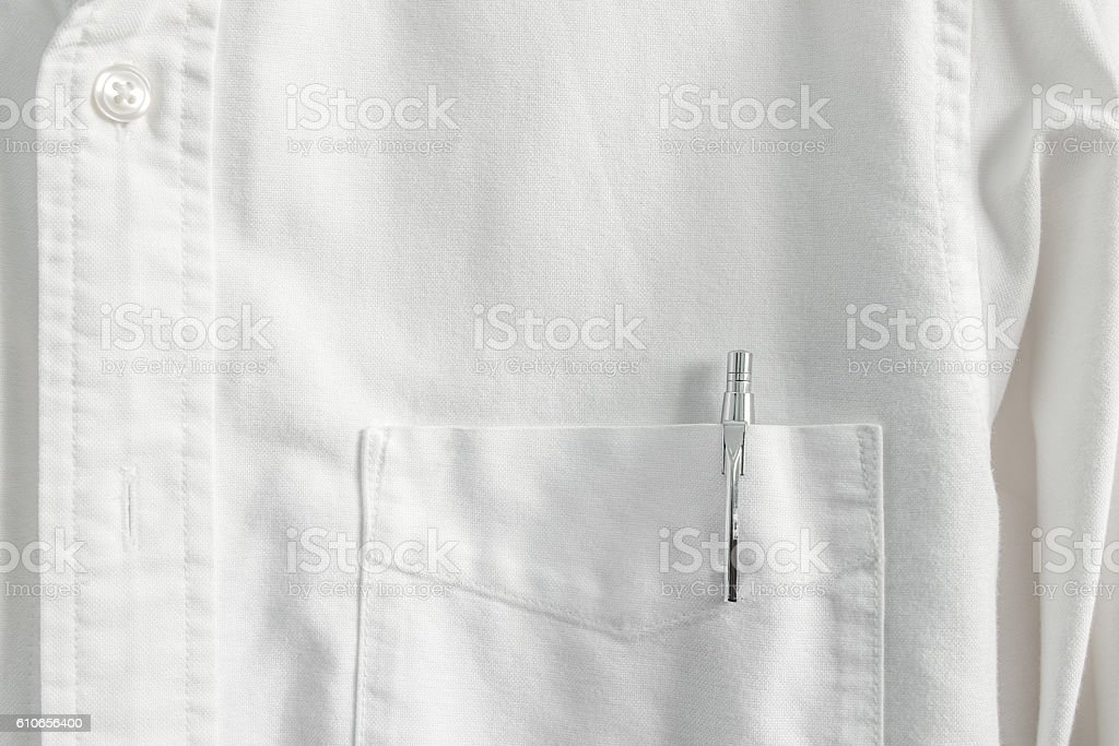Close up pen in pocket on white shirt - foto de stock