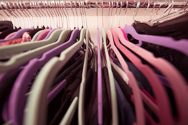 nahaufnahme perspektive tücher auf kleiderbügel - lila, grün, schlafzimmer stock-fotos und bilder