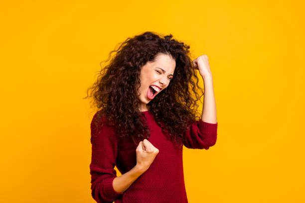 nahaufnahme foto erstaunlich schöne sie she-lady schreien stimme erhobenen fäusten in freude emotionalen hochstimmung stimmung tragen rote augen pullover kleider outfit isoliert gelben hintergrund gestrickt - gestikulieren stock-fotos und bilder