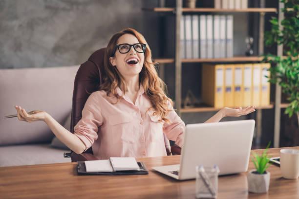 特寫照片美麗的她她的商業女士手手臂頭抬起笑聲大的工資收入天才創業筆記本桌坐辦公椅穿著規格正式穿襯衫 - 欣喜若狂 個照片及圖片檔