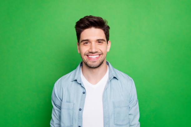 Nahaufnahme Foto von erstaunlichen Macho Kerl enthüllt perfekte weiße Zähne tragen lässige Jeans Shirt isoliert über grüne Farbe Hintergrund – Foto