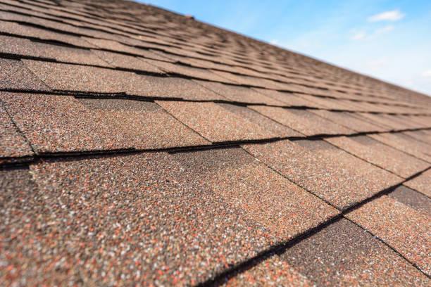 cerrar foto de la capa de tejas de asfalto en la parte superior del techo en la nueva casa en construcción - tejado fotografías e imágenes de stock