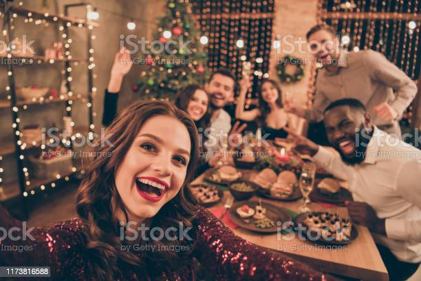 Close Up Photo Of Cheerful Fellows In Formal Wear Sit Around Table Enjoy Christmas Party Xmas Holidays Making Selfie In House Full Of Noel Decoration - Fotografie stock e altre immagini di Adulto