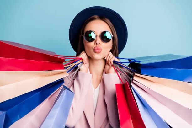 Nahaufnahme Foto von verträumten romantischen Dame in Retro Vintage Mütze haben Reise-Reise-Shop vorbereitung für Datum senden Luft Küsse tragen stilvolle Nörgehaut isoliert über blauen Hintergrund – Foto