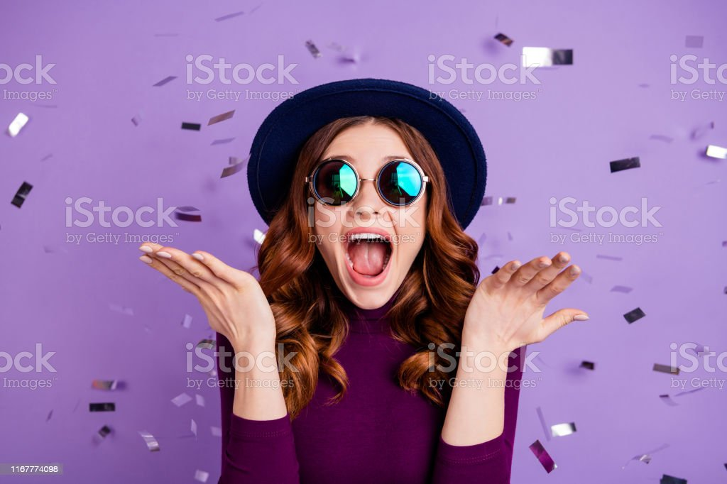 Close up photo of lovely vintage student shouting isolated over purple background - Royalty-free Adulto Foto de stock