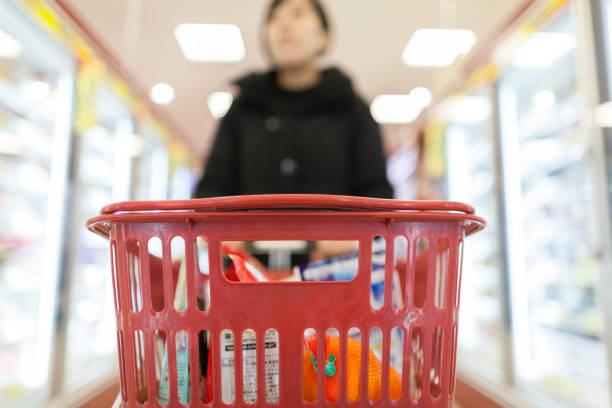 買い物かごの写真をクローズ アップ - スーパーマーケット 日本 ストックフォトと画像