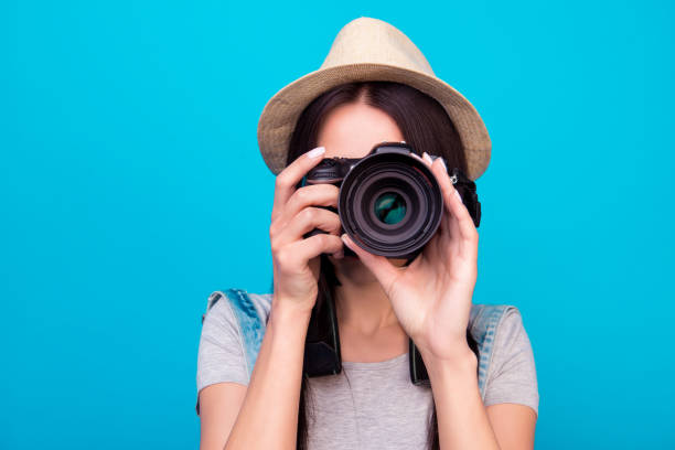 gros plan photo de femme en chapeau sur fond bleu, prendre une photo avec l'appareil photo numérique - appareil photo photos et images de collection