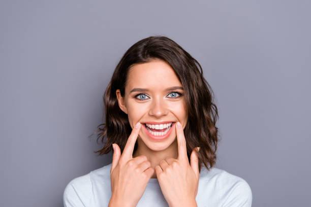 close-up foto portret van vrolijke blij positieve dame met haar - tanden bleken stockfoto's en -beelden