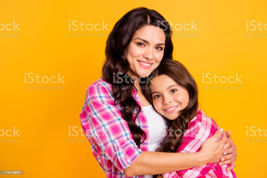 Close up photo two people funny brown haired she her ladies mum small...