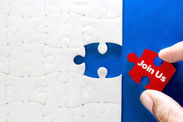 Stück des weißen Puzzle mit Join Us Text, Konzept der kaufmännisch Herausforderung Erfolg abschließen mit Teamarbeit hautnah – Foto