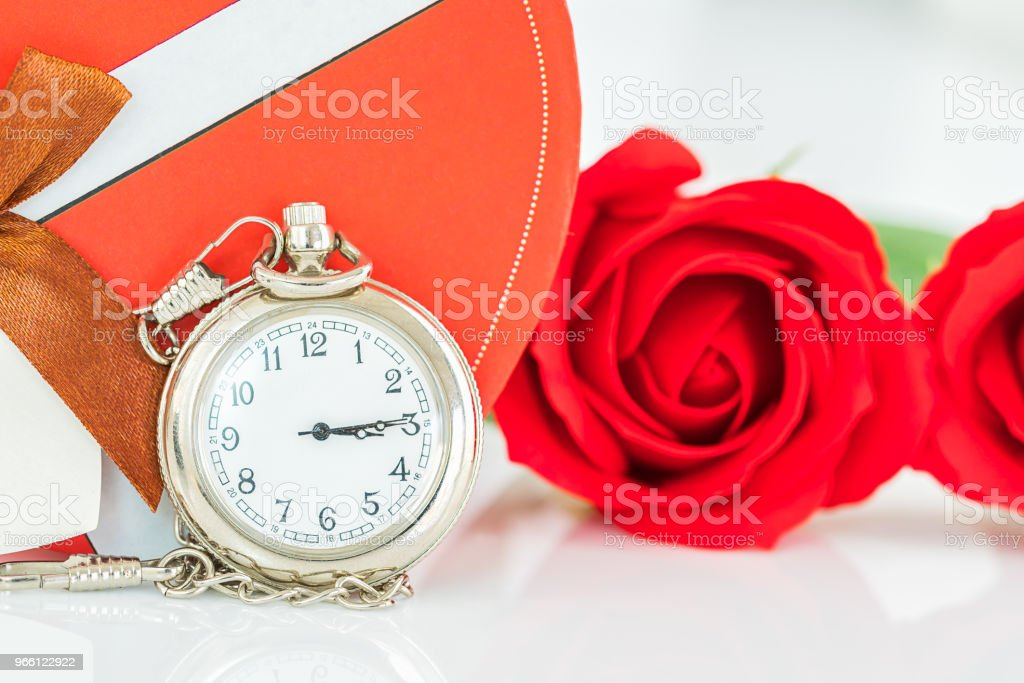 Närbild av fickur och röda rosor blomma - Royaltyfri Alla hjärtans dag Bildbanksbilder
