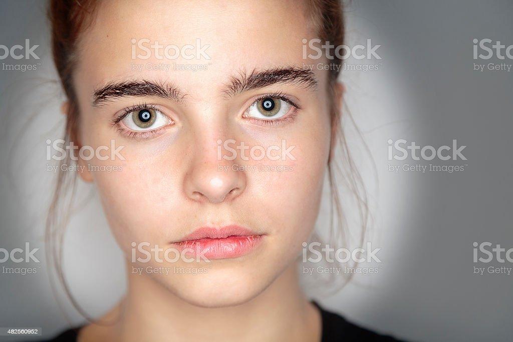 Nahaufnahme Porträt einer schönen jungen Frau – Foto
