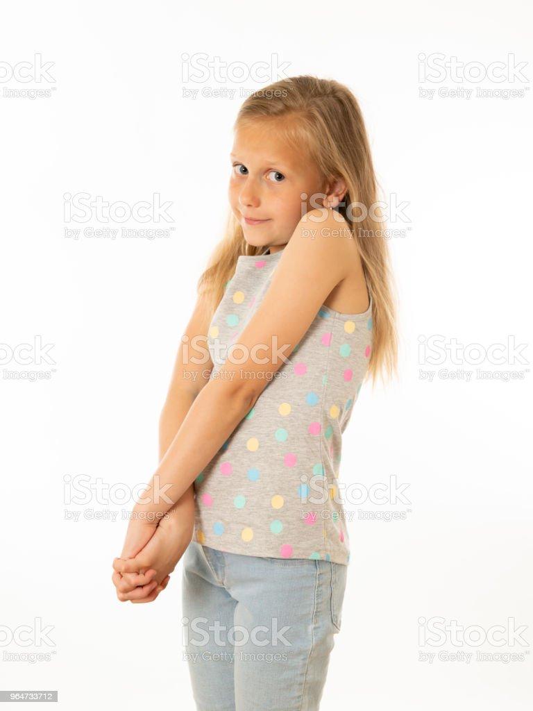 Beyaz bir arka plan üzerinde kameraya ürkek bir şirin genç utangaç kız portresi kapatın. Yüz ifadesi fotoğraf kavramında stok fotoğrafı