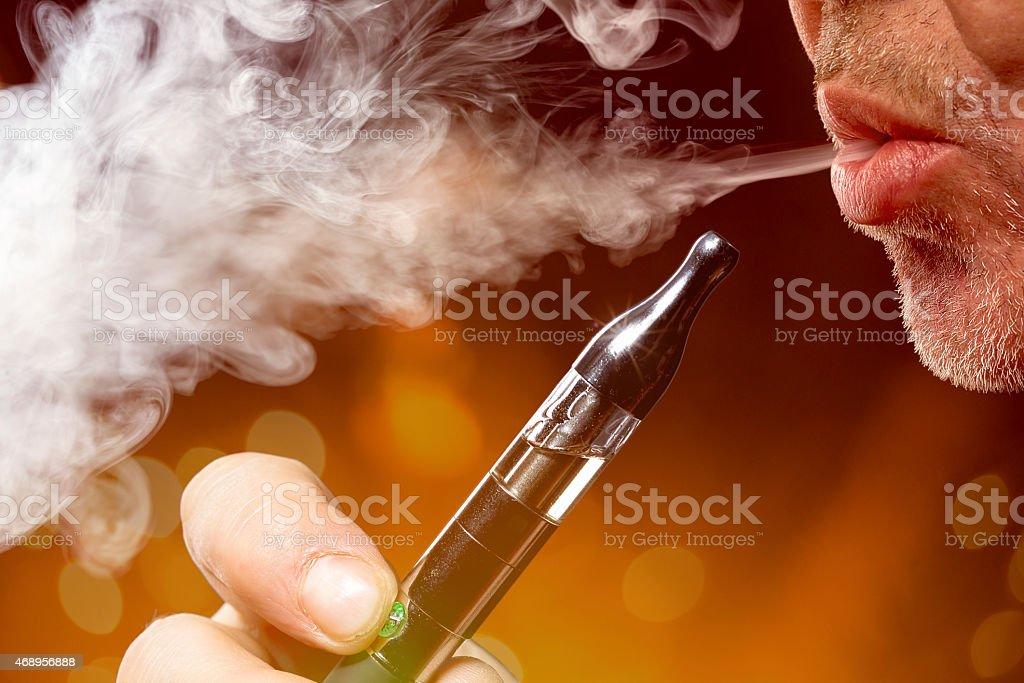 close-up portrait von ein Mann Rauchen einer e-cigarette – Foto