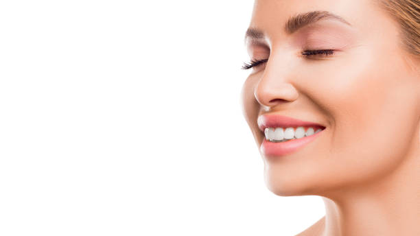 close-up portret van een lachende vrouw. - tanden bleken stockfoto's en -beelden