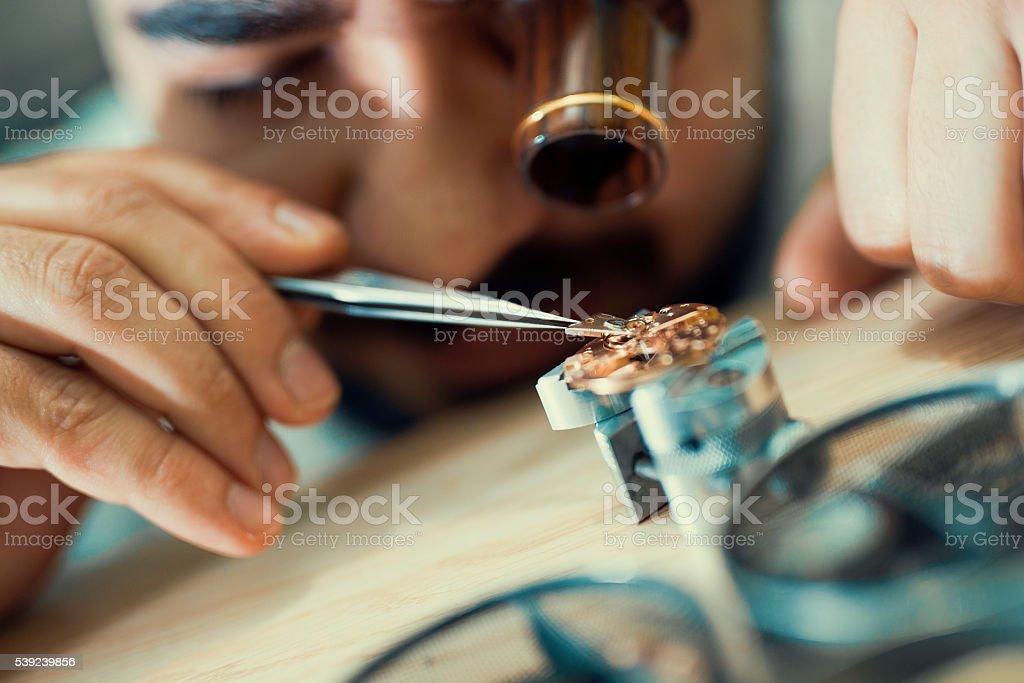 Acercamiento Retrato de un relojero en el trabajo foto de stock libre de derechos
