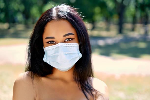 ウイルス保護フェイスマスクでアフリカ系アメリカ人女性の肖像画をクローズアップ - gen z ストックフォトと画像