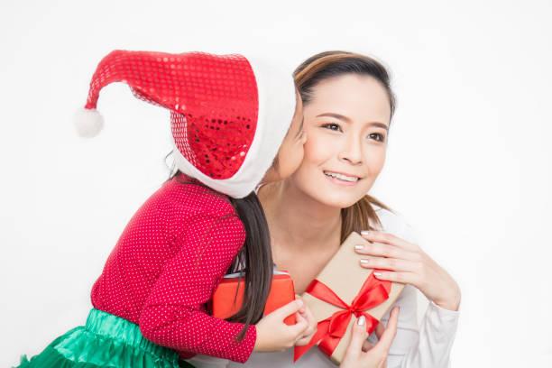 アジアの小さな幼児の女の子のクローズアップポートレートは、ギフトボックスで彼女の母親を驚かえます。ボクシングの日の休日の誕生日のクリスマスと母の日の概念。 ストックフォト