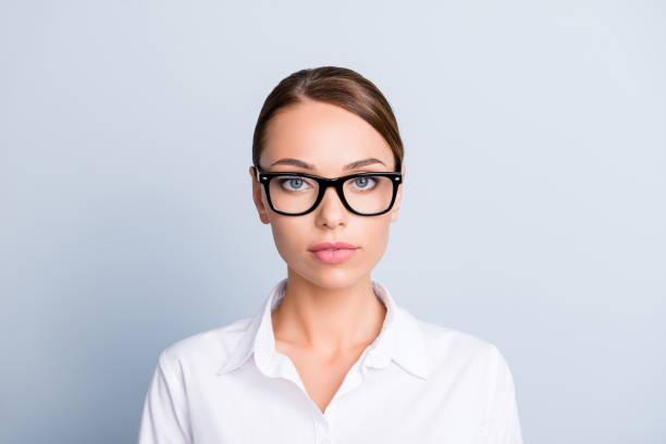 特寫吸引人的迷人聰明經驗豐富的專家嚴格可愛可愛迷人的集中婦女與半開放的嘴眼鏡白色上衣隔離灰色背景 - 衣領 個照片及圖片檔