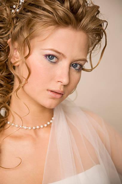 nahaufnahme porträt der braut xl - hochzeitskleid xl stock-fotos und bilder
