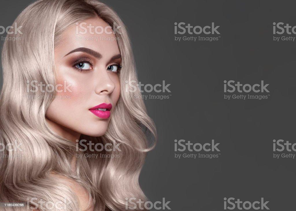 Close-up portret van mode bruin haired model met stijlvolle make-up, roze lippen en bruine oogschaduw. Kleurstof voor haarkleuring. - Royalty-free Alleen volwassenen Stockfoto