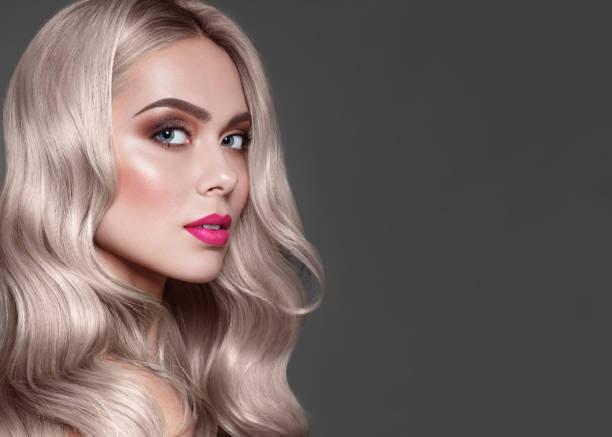 close-up portret van mode bruin haired model met stijlvolle make-up, roze lippen en bruine oogschaduw. kleurstof voor haarkleuring. - verleiding stockfoto's en -beelden