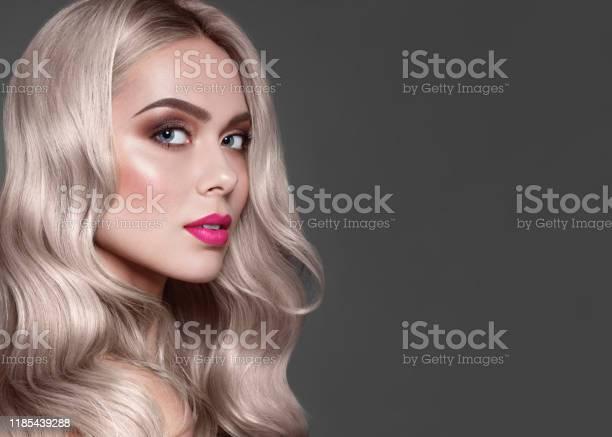 Closeup Portret Van Mode Bruin Haired Model Met Stijlvolle Makeup Roze Lippen En Bruine Oogschaduw Kleurstof Voor Haarkleuring Stockfoto en meer beelden van Alleen volwassenen