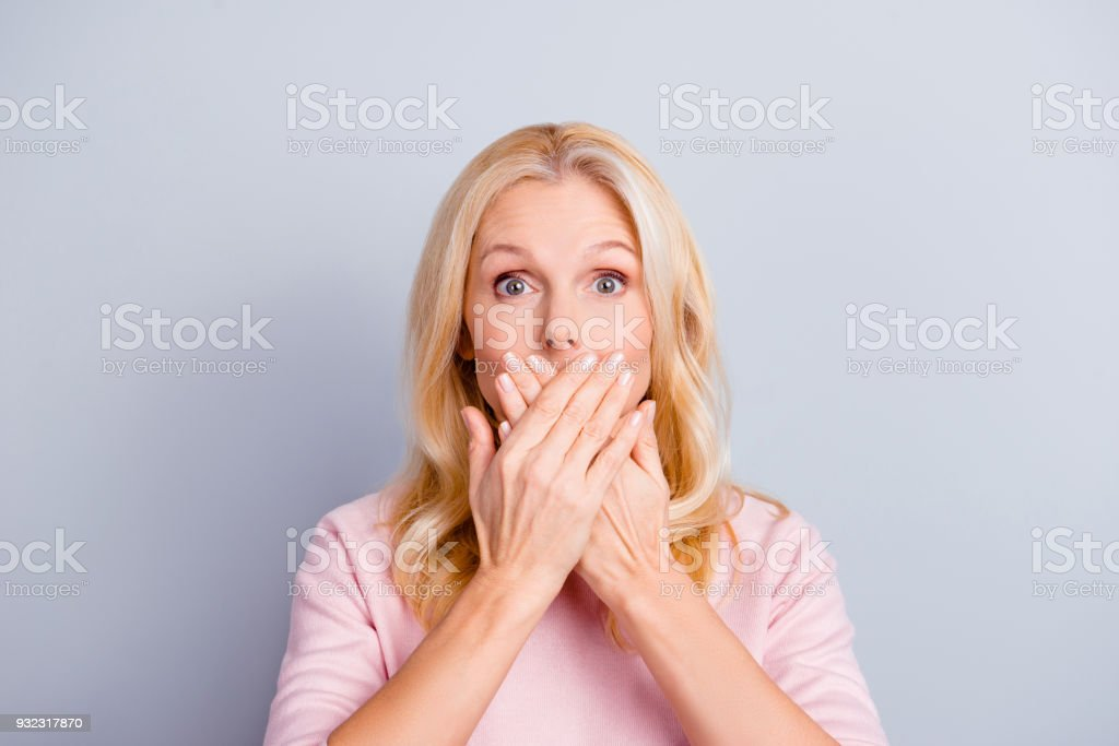 Primer plano retrato de funky curioso granny de astucia hablador suave preguntó atónito sorprendido encantadora periodista hermosa abuela abuela cierra boca cubiertas aislada sobre fondo gris - foto de stock