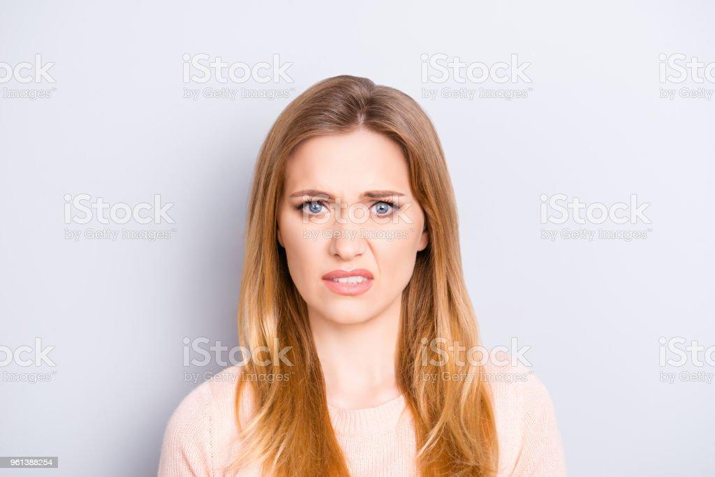 Nahaufnahme Portrait lustig verwirrt verwirrt unglücklich verärgert traurig unsicher unsicher schön ziemlich charmant grimassierende Frau mit langen blonden Frisur isoliert auf grauem Hintergrund opy-Raum – Foto