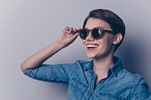 ... envoie un baiser aérien sur fond bleu  Bouchent portrait de glamour  jeune jolie fille dans des lunettes de soleil en bois et chemise ... 75d995b25f02