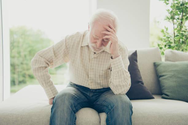 Primer plano retrato de pelo gris su él abuelo con crónica - foto de stock