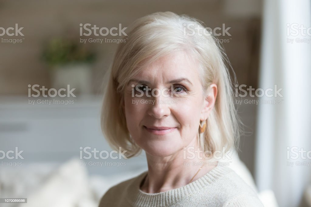 Porträt der glückliche gealterte Frau Blick in die Kamera hautnah – Foto