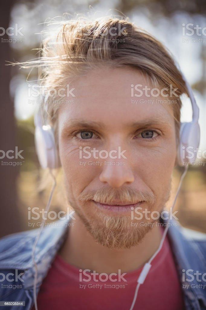 헤드폰에 음악 하는 남자의 초상화를 닫습니다 royalty-free 스톡 사진