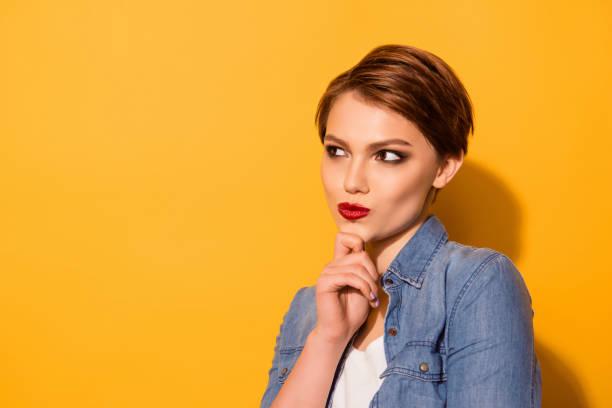 特寫性感迷人的年輕女士與紅色 lipd 穿著牛仔褲襯衫的肖像考慮選擇什麼 - 短毛 個照片及圖片檔
