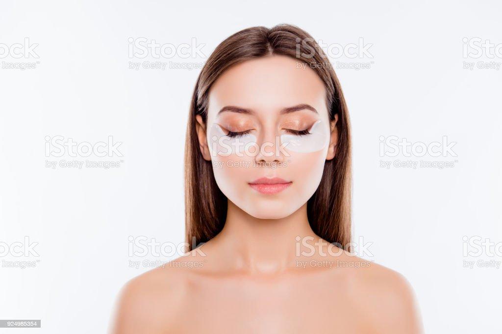 Porträt der hübsche, charmante, attraktive Mädchen mit nackten Schultern mit Nahaufnahme, haben, anwenden von Patches unter Augen schließen, kämpfen mit dunklen Ringen, auf weißem Hintergrund, Wellness-Konzept – Foto