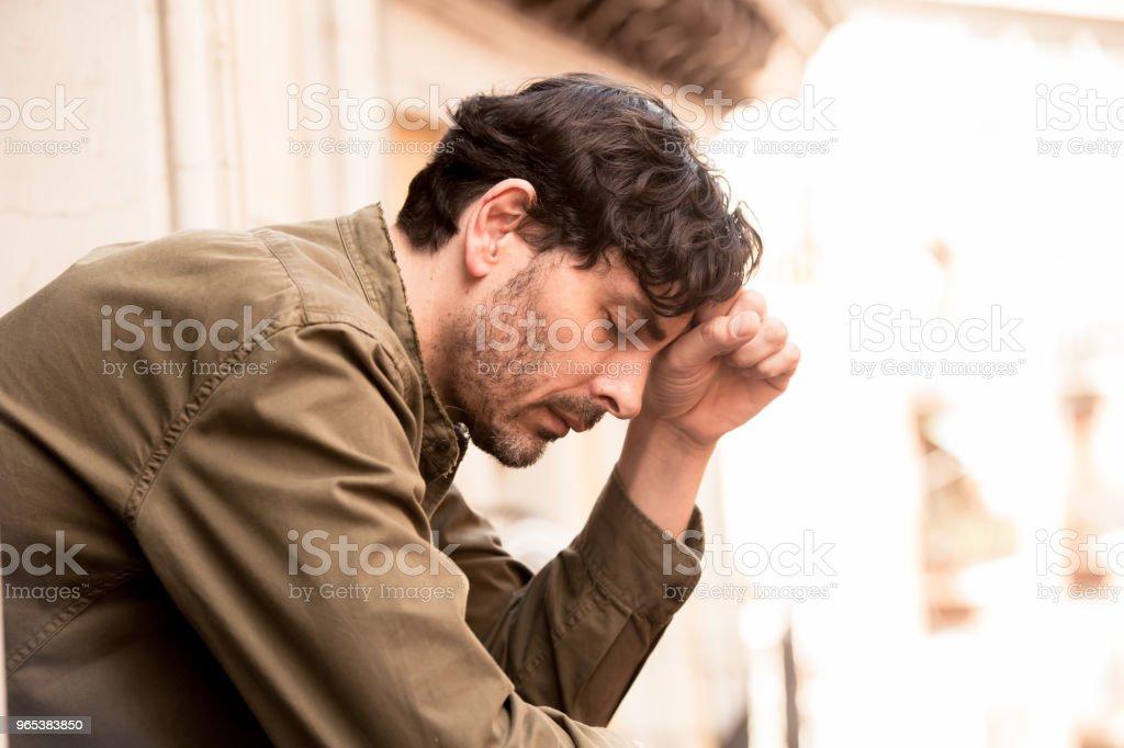 정신 건강 개념에 외로운 가정 우울증 고통 및 벌목에 발코니에서 창 밖을 보고 슬 프 고 우울 남자의 초상화를 닫습니다 - 로열티 프리 40-49세 스톡 사진
