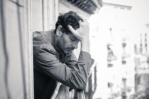정신 건강 개념에 외로운 가정 우울증 고통 및 벌목에 발코니에서 창 밖을 보고 슬 프 고 우울 남자의 초상화를 닫습니다 40-49세에 대한 스톡 사진 및 기타 이미지