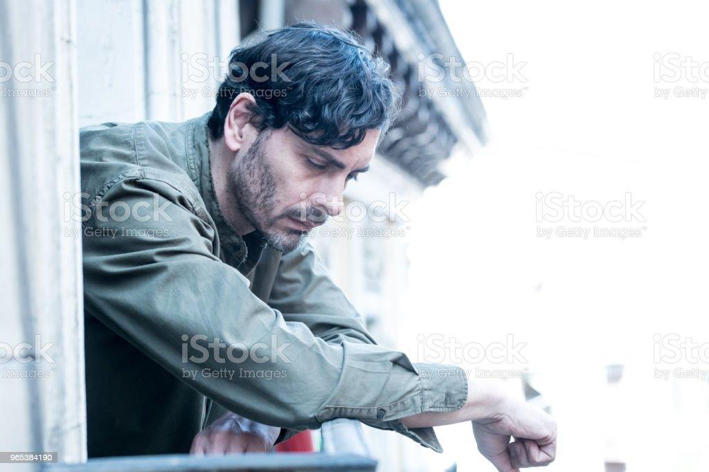 閉上悲傷沮喪的男人的肖像看窗外在家庭中遭受抑鬱症和孤獨感的心理健康概念 - 免版稅40多歲圖庫照片