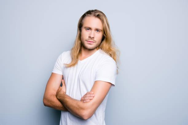 Bouchent portrait de graves et confiant jeune garçon avec soies et de longs  cheveux blonds, 883f52e9c4ca