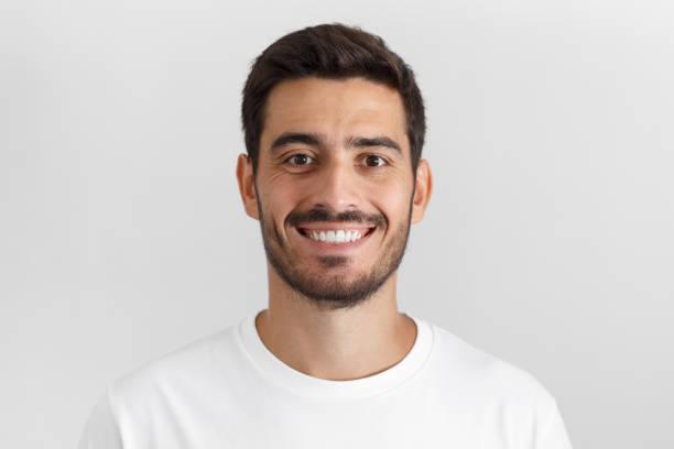 porträt des lächelns attraktiven mannes im weißen t-shirt auf grauem hintergrund isoliert hautnah - italienischer abstammung stock-fotos und bilder