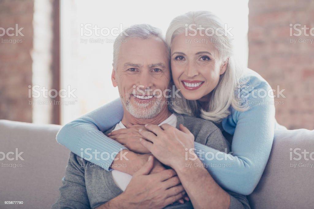 Nahaufnahme, Porträt von zwei glückliche alte Eheleute, sie umarmen und haben perfekte glänzende weiße Lächeln - Lizenzfrei Alt Stock-Foto