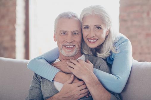 Nahaufnahme Porträt Von Zwei Glückliche Alte Eheleute Sie Umarmen Und Haben Perfekte Glänzende Weiße Lächeln Stockfoto und mehr Bilder von Alt