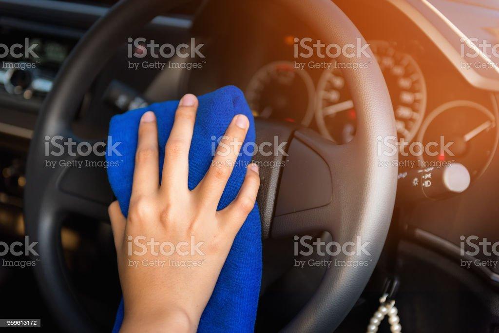 Primer plano retrato de mano Mujer volante del coche con la toalla de limpieza - Foto de stock de Adulto libre de derechos