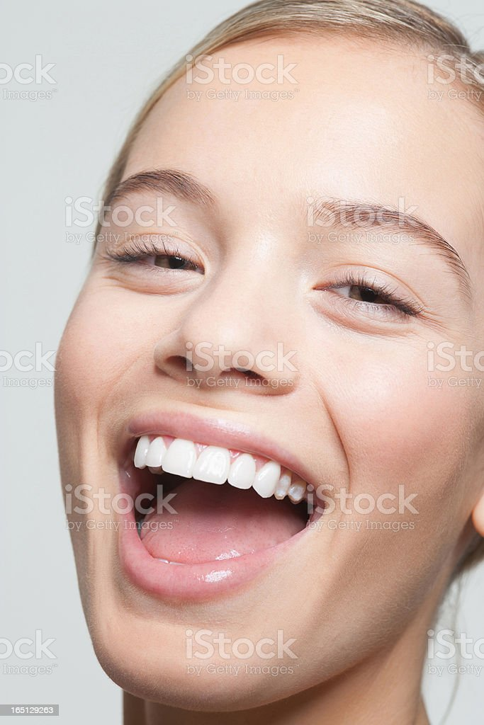Gros plan portrait de femme rire - Photo