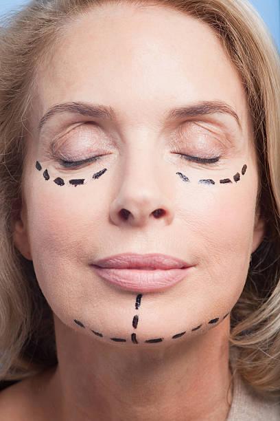 Nahaufnahme Porträt Frau mit gepunkteten Linien im Gesicht – Foto