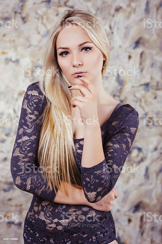 Close up portrait of young blonde mujer - foto de stock